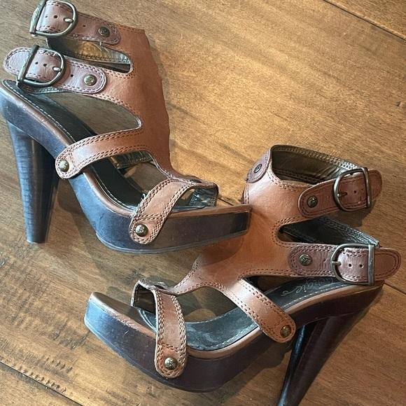USED Fergie brown leather gladiator heels sz 6